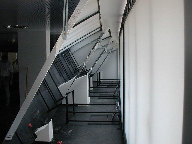 Frames doorzichtprojectie Stadsschouwburg Opbouw met foliespiegels binnenin en projectoren eronder