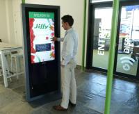 De digitale receptionist, mede mogelijk gemaakt door touchscreen folie van Macada Innovision